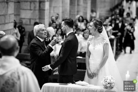 Vader wijst naar de bruidegom tijdens de ceremonie in Lazio - Latina Trouwfotograaf