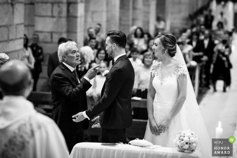 Father points at the groom during the Lazio ceremony - Latina Wedding Photographer