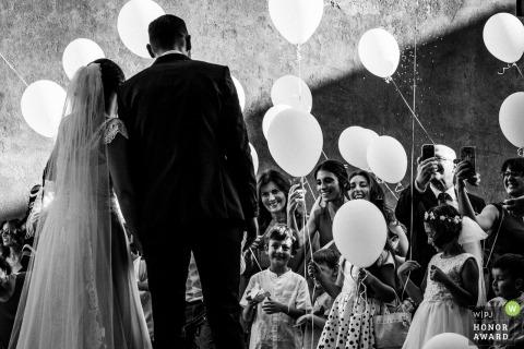 Roma bruid en bruidegom poseren voor de camera's