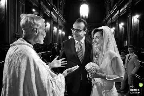 Priest talks with the bride and groom after the Church wedding - Reggio Calabria Wedding Photographer