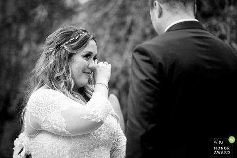 Bruid werpt een traan tijdens haar huwelijksceremonie - Meyers Castle huwelijksceremonie