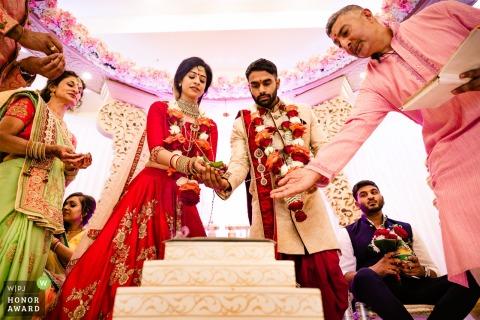 在儀式儀式期間的新娘和新郎