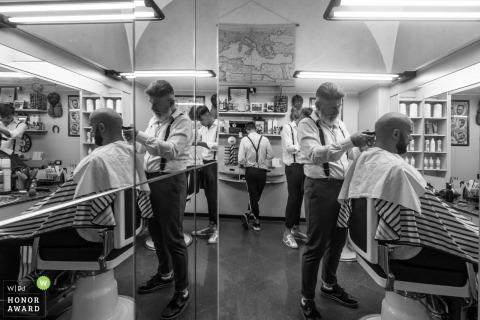 Mantova-Bräutigam, der vor der Hochzeit einen Haarschnitt am Friseursalon erhält
