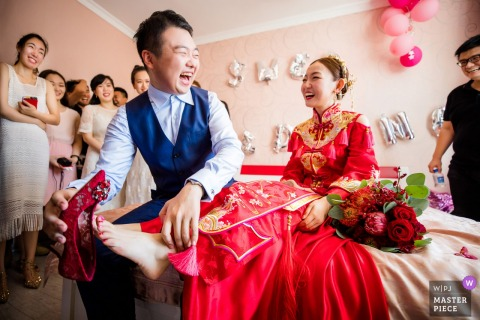 Zhejiang bride and groom laugh at the bride's house before the wedding ceremony