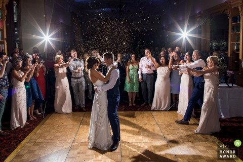 De bruid en bruidegom nemen de dansvloer op deze foto uit de Stoke Rochford Hall, Verenigd Koninkrijk