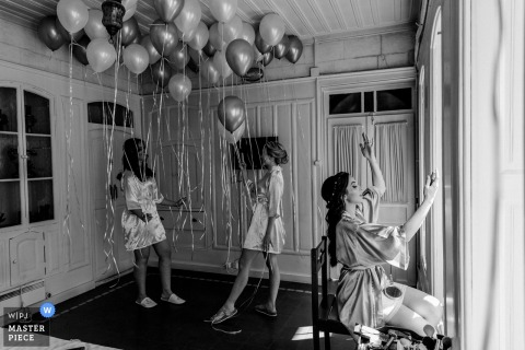 Bride and bridesmaids with balloons before the wedding ceremony in gaziantep