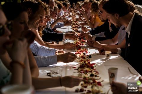 Emmen - Pays-Bas, table de réception en plein air, détail - Mains et boissons