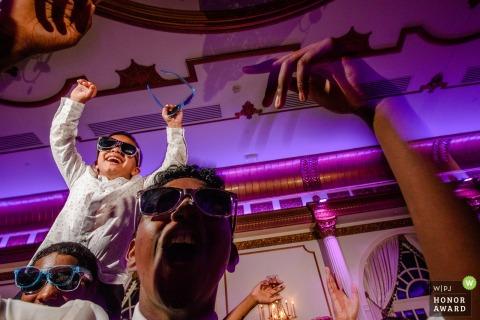 Gäste genießen den Hochzeitsempfang im Crystal Plaza in New Jersey