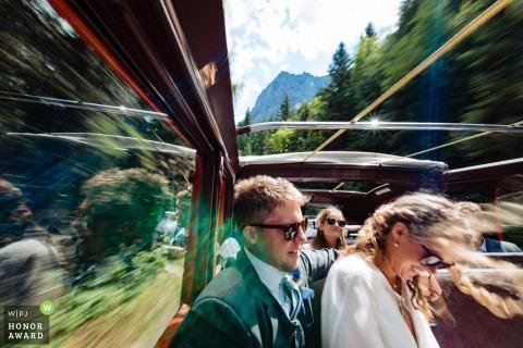 Glacier Park, Montana - Windy paseo en un autobús de transporte de fiesta de bodas con techo abierto