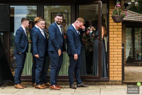 Platzanweiser und Brautjungfern warten in einem Privathaus in Northamptonshire auf ein Paar
