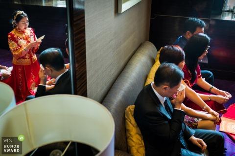 Bei der Hochzeit hielt die Braut eine Rede vor ihren Eltern in China, und ihr Vater tat sehr weh.
