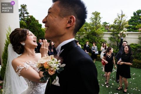 Der Freund des Paares hat den Strauß gefangen - Hochzeitsfotograf aus China