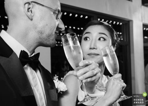 Emory Conference Center, Atlanta - Zdjęcie panny młodej i pana młodego dzielenie szampana