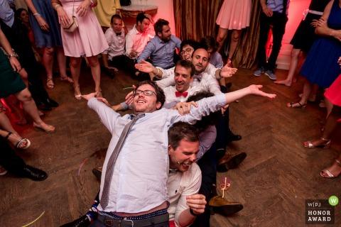 Hochzeitsgäste im Château Saint Marc Spielen Sie verrückte Spiele auf der Tanzfläche