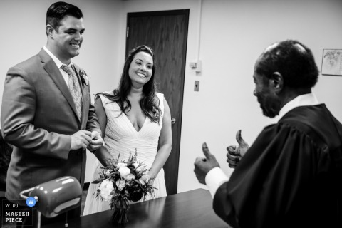 Photographie de mariage civil de Chicago, IL en noir et blanc.
