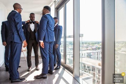 london wedding with groomsmen preparing