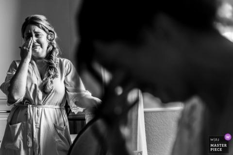 Ein Foto von einer Braut und ihrer Schwester, die nach dem Austausch von Geschenken weinen, was an ihr spätes Nan erinnert.