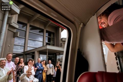 Ouddorp - Le marié néerlandais assis dans un véhicule souriant aux invités