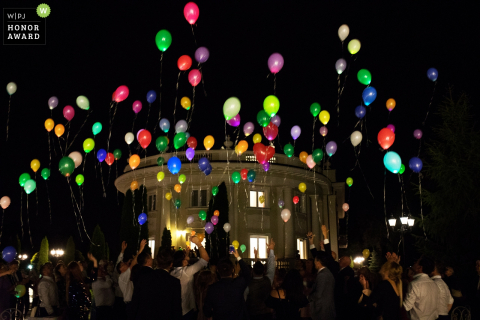 Invités au mariage lâchent des ballons lors de cette réception en Pologne