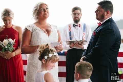 Pigeon Forge, TN panna młoda próbuje powstrzymać łzy podczas ślubów ślubnych