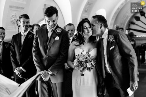 Een kus van papa op de wang voor deze bruid in Normanton, Rutland, Verenigd Koninkrijk