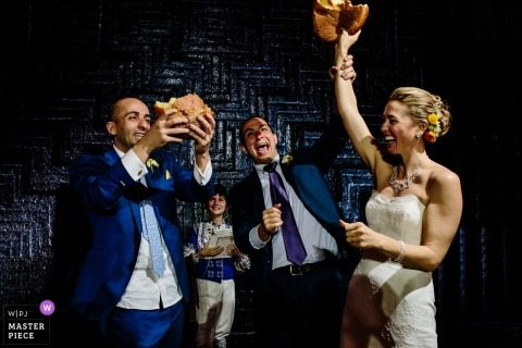 Oaxaca City, Hochzeitsfoto Oaxacas, Mexiko des Brechens des Brotes an der Aufnahme.