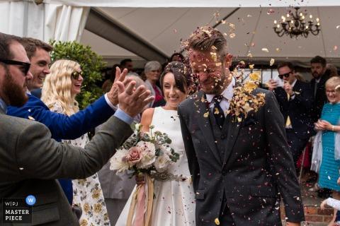 Mariée et le marié, photographie de confettis, mariage de Odo's Barn, Kent