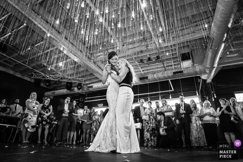 New Jersey Hochzeitsfoto des ersten Tanzes auf der Empfangsparty.