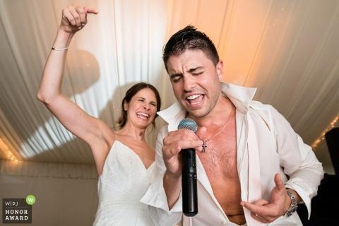 Jeunes mariés chantant à la réception dans le New Jersey