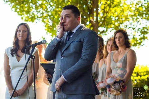 Sacramento, Kalifornia, pan młody wyciera łzę podczas ceremonii ślubnej na świeżym powietrzu
