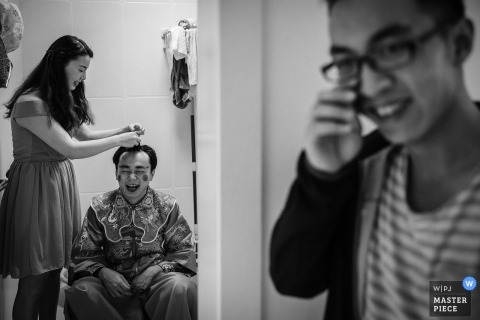 Yunnan wedding picture of makeup games for the groomsmen.