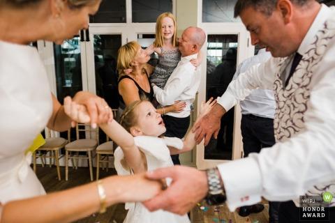 The Secret Garden, Kent, UK - Kinder tanzen mit ihren Eltern bei einer Hochzeitsfeier