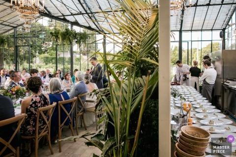 Biarritz, Francia foto de boda de vendedores de comida preparando comidas y invitados escuchando discursos.