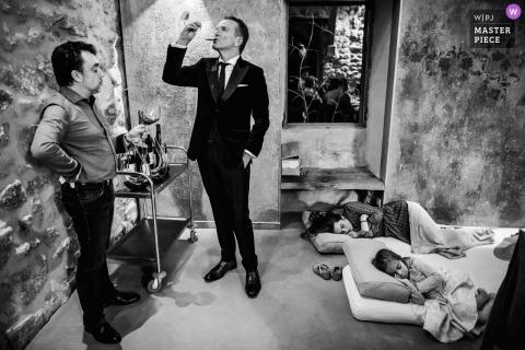Génolhac, Frankrijk huwelijksfoto van slapende kinderen en gasten met een drankje.