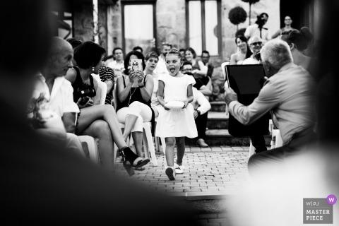 Hochzeitsbild Agen, Frankreich des Blumenmädchens, das in die Zeremonie geht.