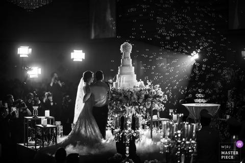Het huwelijksbeeld van Bangkok van de bruid en de bruidegom ongeveer om hun cake te snijden.