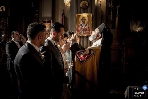 Obraz ślubny w Mediolanie z rytuałów ceremonii w kościele.