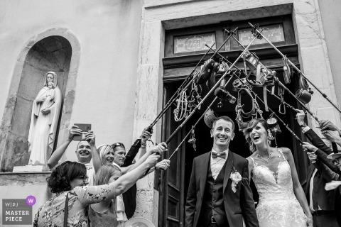 Savoie退出教會的新娘和新郎的婚禮照片在攀登齒輪下的gau刑。