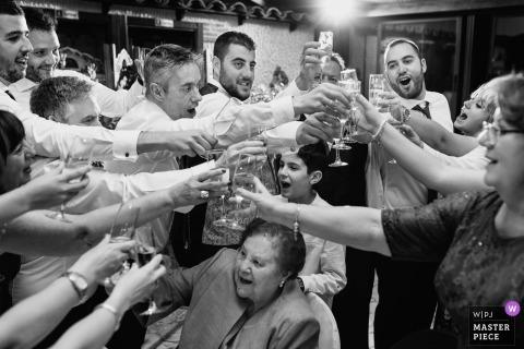 Photo de mariage à Avila représentant un verre de fête lors d'une réception, au-dessus de la tête de grand-mère.