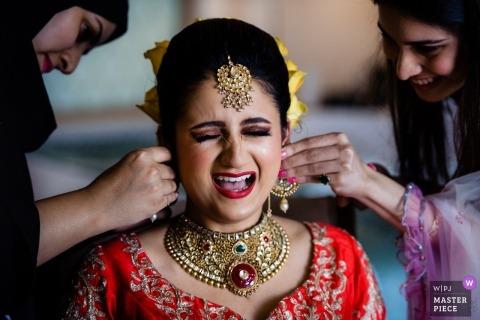 Dubai-Hochzeits-Fotografie der Braut, die beim Waldorf Astoria Dubai fertig wird