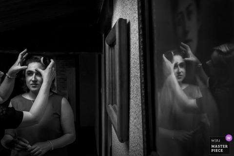 Nantes Wedding Photojournalism | eye make up application reflection in a black-and-white photo