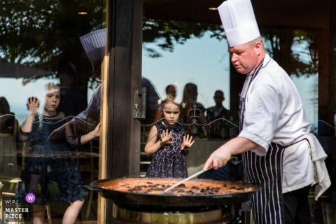 Chef préparant la paella pour les invités du mariage | Chef au mariage du Crown Lodge dans le Kent