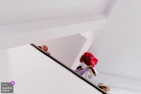 Bucureşti Wedding Photojournalism | Boeket rood wordt de trap afgevoerd