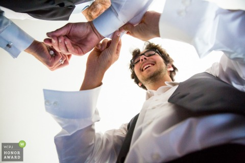 Sohn hilft mit Manschettenknöpfen an dieser Hochzeit in Minneapolis