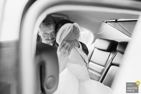 Braut mit Vater vor der Zeremonie Slowakei Hochzeitsfotograf