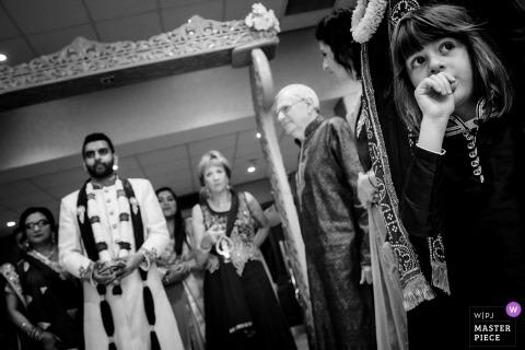 觀看新娘的一個小女孩的Belfry Hotel婚禮照片進入房間。