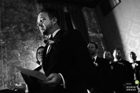 Bruidegom krijgt emotionele lezing van zijn geloften aan zijn vrouw tijdens de huwelijksceremonie