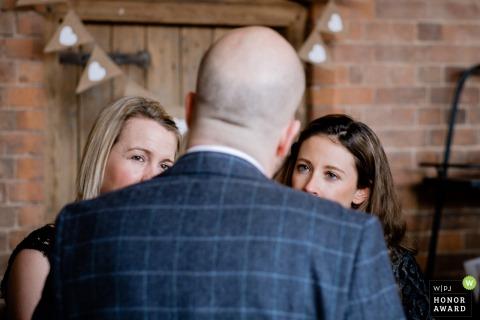 Swallows Nest Barn huwelijksreceptie - twee vrouwelijke gasten praten met de bruidegom
