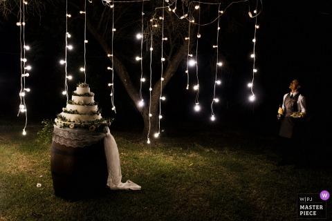 Le gâteau la nuit à l'extérieur à la villa privée dans les Pouilles