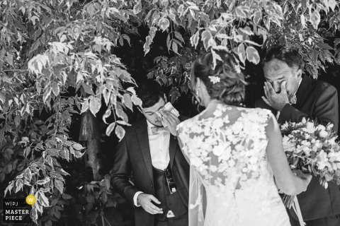Bruxelles Wedding Photo of the bride under a tree with two crying men